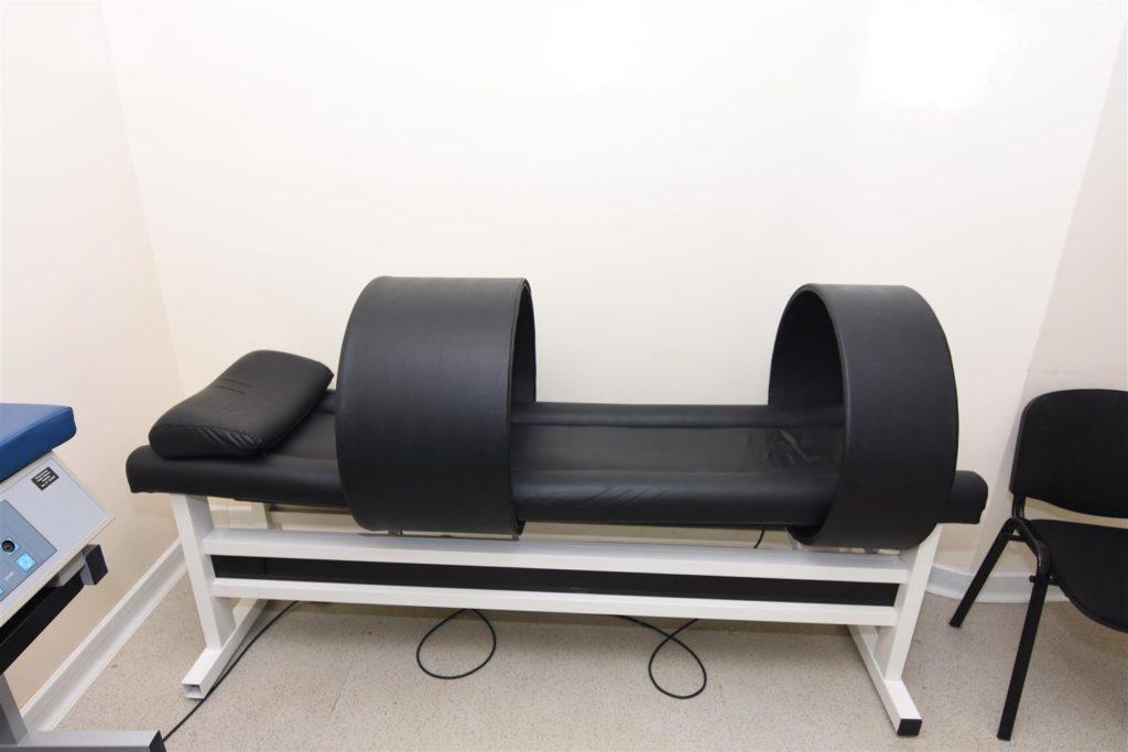 La magnetoterapia è una terapia fisica, come lo sono la tecarterapia, l'elettroterapia analgesica o di stimolazione (che viene effettuata mediante l'uso di elettrodi), la laserterapia (che a seconda dell'indicazione terapeutica utilizza diverse tecnologie laser), gli ultrasuoni, la pressoterapia ecc.