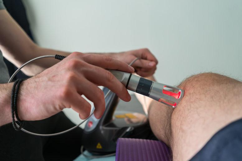Le onde acustiche con picco di alta energia utilizzate nella terapia ad onde d'urto interagiscono con i tessuti provocando effetti medici globali di accelerata riparazione dei tessuti, crescita cellulare, effetti analgesici e il ripristino della mobilità. Tutti i processi menzionati in genere avvengono simultaneamente e sono utilizzati per trattare condizioni croniche, sub-acute ed acute (solo utenti esperti). Le onde d'urto sono onde acustiche che trasportano alta energia alla zona del dolore e ai tessuti fibrosi o muscolo scheletrici in condizioni subacute, sub croniche e croniche. Questa energia favorisce processi rigeneranti e curativi dei tendini, delle ossa e dei tessuti molli.